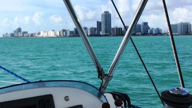 Desfrute de uma navegação de 4 horas pela costa de Miami em um catamarã de luxo