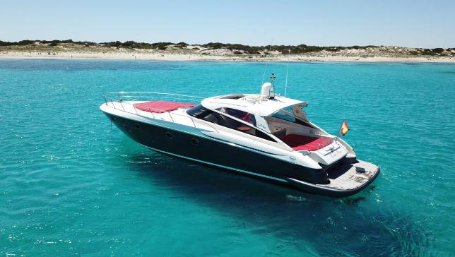 Alquiler de barco a motor con Capitán en Ibiza