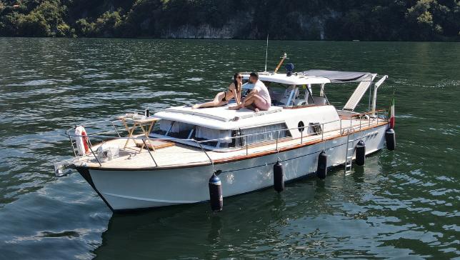 Desfrute de uma experiência inesquecível dormindo a bordo de um iate vintage Como Lake