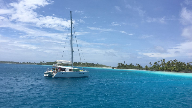 Let yourself be enchanted by the beauty of the Tahiti coast, enjoy them on a catamaran